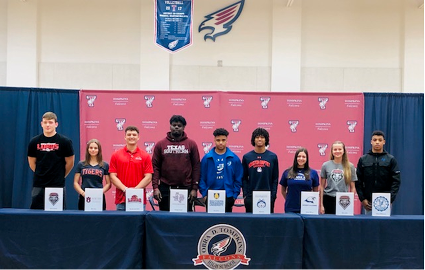 Seniors+Officially+Sign+to+Continue+Athletic+Careers+in+College